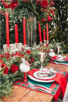 Adorable Beautiful Christmas Table Settings By White Plates With Red Napkins Also Silver Glass Completed With Flowers And Leaves On The Brown Wooden Table, Beautiful Christmas Table Setting Ideas In Your Home: Interior Ideas Christmas Decorations Dinner Table, Christmas Dining Table, Christmas Table Settings, Christmas Tablescapes, Holiday Tables, Christmas Buffet, Winter Wedding Centerpieces, Wedding Decorations, Deco Table Noel