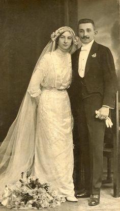 Funny Wedding Photos, Vintage Wedding Photos, Vintage Bridal, Vintage Weddings, Wedding Pictures, Chic Vintage Brides, Vintage Couples, Lace Weddings, Wedding Dresses