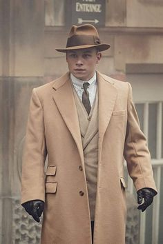 Trailers, clips, featurettes, images and poster for the fifth season of PEAKY BLINDERS starring Cillian Murphy. Costume Peaky Blinders, Traje Peaky Blinders, Peaky Blinders Clothing, Tweed Suits, Mens Suits, Peaky Blinders Merchandise, Peaky Blinders Characters, Peaky Blinders Season 5, Estilo Gangster