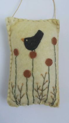 Primitive felt ornament (no link) Penny Rug Patterns, Wool Applique Patterns, Embroidery Patterns, Felt Crafts, Fabric Crafts, Sewing Crafts, Felt Embroidery, Felt Applique, Penny Rugs