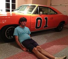 Bubba Watson dufnering next to his car The General Lee
