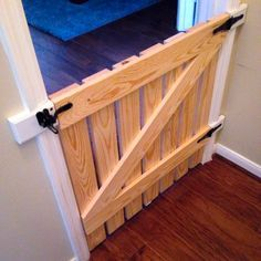 Dog Gate - The Jersey Cowgirl: DIY barn style pet/baby gate - I still have to stain it, but it turned out great! Deck Gate, Stair Gate, Porch Gate, Deck Stairs, Gates For Stairs, Front Porch, Diy Baby Gate, Diy Dog Gate, Cat Gate