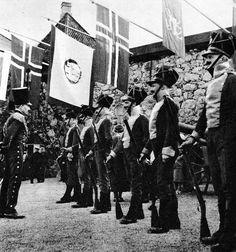 De første Festspillene i Bergen ble åpnet 1. juni 1953 og 30 lands flagg vaiet på bl.a. Torvalmenningen. Også historie fra gamle dager ble tatt med, som på dette bildet av vakten på Bergenhus i full mundur anno 1850. (Foto fra billedbladet Aktuell juni 1953).