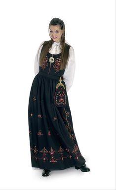 Kvinnebunad fra Norddal = Female bunad from Norddal