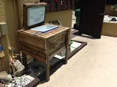 Make a pretty awesome vintage ice chest out of free wooden pallets.   http://survivallife.com/2014/05/31/badass-man-cave-ideas/