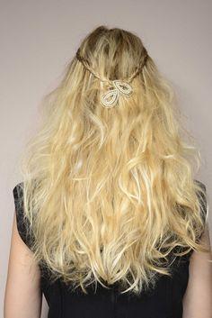 Trança fina e presilhas. Penteado simples que pode ser feito em menos de 5 minutos!