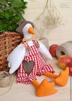 Куклы Тильды ручной работы. Ярмарка Мастеров - ручная работа. Купить Тильда гусь Буся II. Handmade. Ярко-красный Diy Crafts For Gifts, Diy Home Crafts, Sewing Crafts, Sewing Projects, Craft Projects, Crafts For Kids, Handmade Toys, Handmade Crafts, Diy Toys Doll