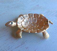 Vintage or couleur Polly Bergen tortue bijou plat avec des Polly Bergen, Summer Jewelry, Vintage, Animals, Etsy, Emerald Colour, Turtle, Eyes, Dish
