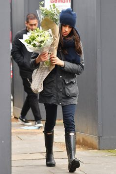 Meghan Markle wearing Barbour Jackets, Hunter Boots and Goyard Totes Meghan Markle Stil, Meghan Markle Dress, Meghan Markle Outfits, Royal Princess, Nike Zoom, Stuart Weitzman, Her Style, Cool Style, Suits Actress