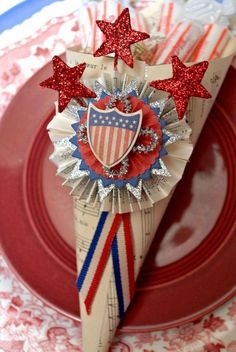 Make these paper cones with old music sheets and decorate with Patriotic ornaments for an easy table decoration on of July! 4th July Crafts, Fourth Of July Decor, 4th Of July Celebration, 4th Of July Decorations, Patriotic Crafts, Patriotic Party, 4th Of July Party, July 4th, Patriotic Quilts