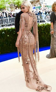 See the Met Gala 2017 dresses on Vogue. Don't miss all the Met Gala 2017 red-carpet dresses as they arrive. From Rihanna and Beyonce to Katy Perry and Blake Lively, see the Met Gala dresses for 2017 here. Kylie Jenner Met Gala, Kylie Jenner Dress, Estilo Kylie Jenner, Kylie Jenner Style, Met Gala 2017 Dresses, Prom Dresses, Long Dresses, Wedding Dresses, Vogue