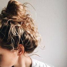 Messy bun kind of evening #messybun #AnoukYve #naturalcurls