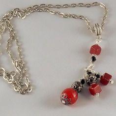 Pendentif rouge et noir en jade rouge rond et carré sur jolie chaîne à mailles rectangles