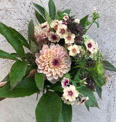 """Elin Hadvall på Instagram: """"Buketter kräver både #blommorochblad för att de ska bli bra. Att fastna för blommor att odla är inte svårt, det finns ju hur mycket som…"""" Garden Inspiration, Flower Arrangements, Floral Wreath, Wreaths, Flowers, Bouquet, Instagram, Decor, Ska"""