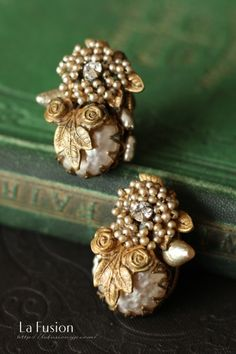 Miriam Haskell, an elegant collaboration of baroque pearl and seed pearl flowers, introduces earrings that combine seed pearl flower motifs with large baroque pearls. Large baroque pearl and flower core with a diameter of 15 Jewelry Design Earrings, Gold Earrings Designs, Pearl Jewelry, Jewelry Art, Antique Jewelry, Beaded Jewelry, Jewelery, Vintage Jewelry, Cz Jewellery