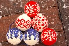 Maria strikker: Julekuler Christmas balls to knit by Arne and Carlos