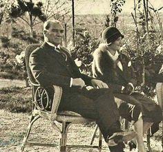 1930 Atatürk bahçede dinlence içersinde.Yanında her zaman sağ kolu Tarihçi Prof Afet İnan yer alıyor.