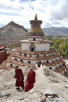 Monjes budistas en Gyantse Kumbum Tibet - El Monasterio Palcho también conocido como Pelkor Chode o Shekar Gyantse, es un monasterio budista localizado en la población de Gyantse, en la prefectura de Shigatse, en el Tíbet.