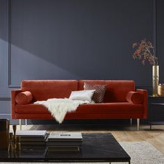 Un canapé en velours rouge, Madura Orange Sofa, Home Remodeling, Love Seat, Living Room Decor, New Homes, Lounge, Couch, Interior Design, Studio Decor