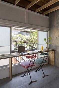 <p>窓辺に足場板を渡してカウンターデスクに。採光&通風もきープされた、開放的なワークスペースの出来上がり。</p>