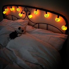 The coziest bedroom I've seen in SO long. I love rooms with tons of decor, but t… The coziest bedroom I've seen in SO long. I love rooms with tons of decor, but t… – Halloween Lifestyle – Halloween Tags, Happy Halloween, Halloween Bedroom, Halloween Home Decor, Halloween 2019, Holidays Halloween, Halloween Decorations, Halloween Lanterns, Mardi Gras