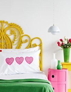 Cabecero de ratán amarillo combinado con complementos en verde y rosa | Rattan peacock yellow bed head combined with pink and green accessories · ChicDecó