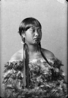Carte de visite portrait of a Maori woman from the Hawkes Bay district, wearing a kahu huruhuru (feather cloak), taken between 1880 and 1900 by Samuel Carnell of Napier. Maori Tattoos, Maori Face Tattoo, Samoan Tribal Tattoos, Borneo Tattoos, Thai Tattoo, Neck Tattoos, Polynesian Tattoos, Geometric Tattoos, Tattoo Ink