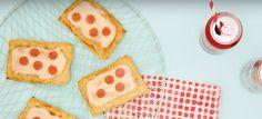 Zin in pizza, maar past zo'n grote pizza niet in je kleine oventje? Maak dan deze schattige kleine pizza taartjes met mini salami stukjes en kaas.