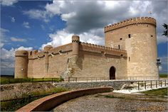 Castillo de Arevalo, Ávila, ES must be the same architect as the one used for Castillo de Villalonso Medieval Fortress, Medieval Castle, Castle Ruins, Castle House, Architecture Old, Historical Architecture, Real Castles, Spanish Towns, Castle In The Sky