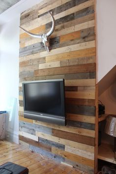 Tu pourrais élargir la bande de bois pour intégrer des tablettes. C'est encore avec du bois de palette!
