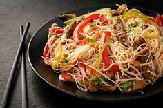 Cómo hacer fideos chinos con verduras y carne Asian Recipes, Ethnic Recipes, Asian Foods, Tasty Thai, Low Sodium Soy Sauce, Thai Dishes, Beef And Noodles, Cereal Recipes, Good Enough To Eat