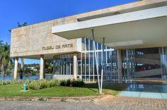O Museu de arte da Pampulha faz parte do conjunto arquitetônico de Niemayer e era o antigo Cassino em volta da Lagoa. No seu acervo encontram-se obras da arte contemporânea brasileira. O 1o dia do Encontro de Blogs de Viagem da #RBBV foi no MAP dentro do Grill Room salão onde aconteciam os bailes e apresentações artísticas. Um charme!  #Comospesnomundo #ComospesemBH #RBBV #BeloHorizonte #Belzonte #Beagá #BH #Museudearte #MAP #pampulha #Patrimônio #História #Cassino #Travelblogger #travelgram…