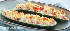 Lichte maaltijd (of lunch) van courgette gevuld met zalm en hüttenkäse uit de oven
