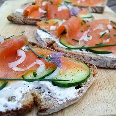 Ce soir c'est tartines: pain poilâne (en ce moment j'ai la flemme de faire du pain...), fromage frais au zahatar, concombre et truite fumée. Bon appétit !  #instafood #food #tartines #faitmaison