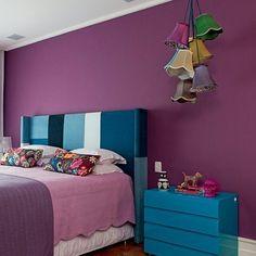 Parede cor de UVA no quarto: cor relaxante e inspiradora!  Viu como combina com azul turquesa? Projeto da arquiteta Andrea Murao #décor #decoração #decoraçãoétododia #acaradecasaejardim #instahome #inspiração #casaejardim62anos #interiordesign #architecture #color #colour #quarto #chambre #bedroom #purple #roxo #turquesa #turquoise