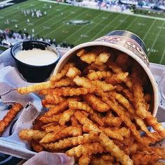 Catch a #game and #fries at Chickies and Petes Cited as the number sports bar in Northeast US by ESPN in 2011 Chickies and Petes is the ideal place to catch some good sports games and good food. Served with white creamy cheese sauce the famous Crab fries is the ultimate finger food while cheering for your favourite team. The best way to enjoy them? With an ice-cold beer of course! If you enjoyed this post please do 1) Tag your foodie friends! 2) Download the #UpNixt app for Android or iOS to…