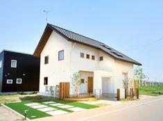 開放感あふれる明るい家[外観] House Roof, My House, Dream House Exterior, Japanese House, Cabin Homes, Scandinavian Home, Minimalist Home, Exterior Design, Home Remodeling