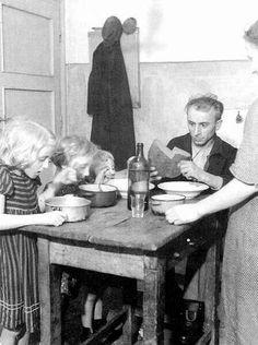 Ebédelő munkáscsalád, 1943.