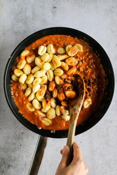 This super creamy vegan gnocchi bake recipe is pure comfort food! With the rich tomato and coconut sauce, soft gnocchi and the caramelized red onions, each bite of this easy vegan gnocchi bake recipe is just heavenly! Healthy Cooking, Healthy Eating, Healthy Recipes, Healthy Meals, Vegan Pasta Bake, Vegan Mushroom Pasta, Tomato Dishes, Baked Gnocchi, Creamy Tomato Sauce