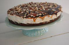 Latterlig lækker skildpadde cheesecake | Dagligdag | Nanna Pretzmann Grill Dessert, Norwegian Food, Sweet Cakes, Cheesecake Recipes, Cheesecakes, Cookie Dough, Sweet Recipes, Sweet Tooth, Deserts