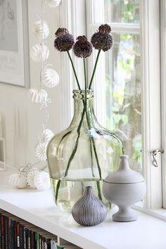An oversized vase for long-stemmed flowers Scandinavian Living, Scandinavian Interior, Flower Vases, Flower Arrangements, Decorating Your Home, Interior Decorating, Objet Deco Design, Window Sill Decor, Vase Deco
