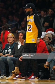 Rapper Nipsey Hussle is attends the Los Angeles Lakers game against. Jersey Fashion, Nba Fashion, Hip Hop Fashion, Dope Outfits For Guys, Simple Outfits, Rapper Outfits, Sport Outfits, Celebrity Sneakers, Estilo Hip Hop