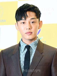 배우 유아인이 5일 오후 서울 코엑스 오디토리움에서 열린 '2016 춘사영화상' 레드카펫 행사에 참석해 포토타임을 갖고 있다.