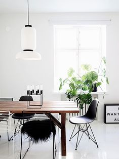 Helsinki-based interior designer Laura Seppänen created an all-white apartment that was clean and monochromatic, but at the same time, cozy and comfortable. Minimalism Interior, House Design, Interior, Interior Inspiration, White Apartment, Dining Room Design, Home Decor, House Interior, Interior Design