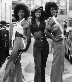Fashion vintage everyday: Afro: The Popular Hairstyle of African-American People in the . vintage everyday: Afro: The Popular Hairstyle of African-American People in the Late and & 70s Inspired Fashion, 60s And 70s Fashion, Look Fashion, Retro Fashion, Fashion Vintage, Fashion Black, Street Fashion, Seventies Fashion, 1974 Fashion