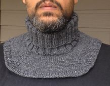Ravelry: Motorcyclist's Neckwarmer pattern by Wolfberry Knits My partner asked me to knit him something to stop the cold breeze freezing his… Like the options this creates. I am often bothered by turtles, but when I am cold, I want one. I could slip thi Loom Knitting, Knitting Patterns Free, Knit Patterns, Free Knitting, Cowl Scarf, Knit Cowl, Knit Crochet, Crochet Hats, Crochet Neck Warmer