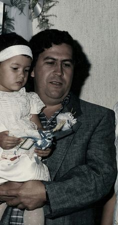 Pablo Escobar and his daughter Manuela. He built a giant dollhouse for her in his grand prison La Catedrál. Pablo installed a telescope outside his room in La Catedral so he could see her while talking to her on the phone. He also named his lavish holiday home after his daughter; La Manuela Hacienda. Pablo Emilio Escobar, Don Pablo Escobar, Narcos Escobar, Mafia, Narcos Poster, Narcos Pablo, Picasso Pictures, Real Gangster, Classic Photography