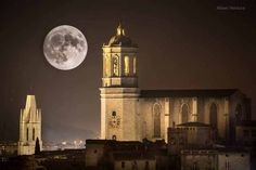 Super moon over the gorgeous village of Llogostera near Girona Super Moon, Empire State Building, Notre Dame, Around The Worlds, Real Estate, Travel, Outdoor, Beautiful, Twitter