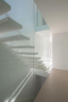 Escaleras. Vivienda en Lindo Vale por Ana Cláudia Monteiro + Vítor Oliveira. Fotografía © José Campos.