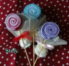 Lecca lecca in pannolenci per comunione e cresima Baby Shawer, Crafts To Sell, Cake Pops, Wedding Favors, Art Projects, Packaging, Rose, Floral, Party